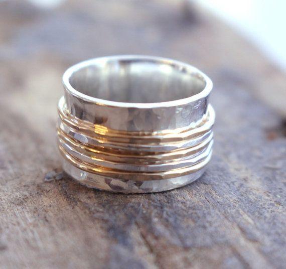 Sterling en gouden Spinner Ring - viool Ring zilver en goud  Ik heb deze ring zilver spinner met een 1/2 brede band en is slechts ongeveer 1mm dikte Het heeft drie gouden vulling en twee sterling spinners. Deze prachtige geciseleerde bands spin vrij rond de belangrijkste band die ook heeft gekregen een geciseleerde afwerking.  ••Wide band ringen passen veel anders dan een dunne band ring, dus ik adviseer je ten minste een 1/2 grootte van uw normale maat voor een brede band-ring••  Z...