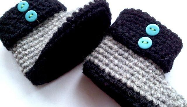 Met lekkere warme wol haakte ik deze babyslofjes als kraamcadeau. Benodigdheden: Haaknaald, twee kleuren wol geschikt voor naald 3,5mm en 4 gekleurde knoopjes, naald en een gekleurd garen om de knoo
