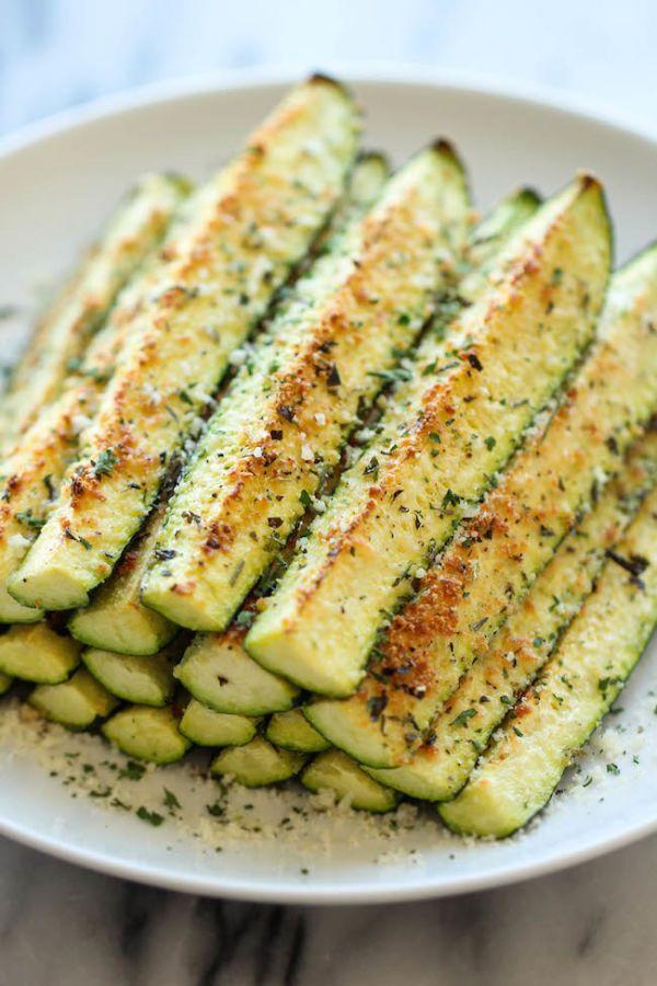 Zucchini parmesani:  4 zucchinis cortados en cuartos a lo largo - ½ taza de parmesano rallado - ½ cucharadita de tomillo seco - ½ cucharadita de orégano seco - ½ cucharadita de albahaca seca - ¼ de cucharadita de ajo en polvo - Sal y pimienta a gusto - 2 cucharadas de aceite de oliva - 2 cucharadas de hojas frescas de perejil picadas
