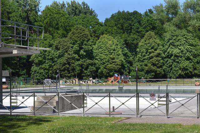 Uitstekend zwemweer, maar het openluchtbad van Recreatieoord Kluisbos blijft onherroepelijk dicht. Het zwemwater is groen. Een pak bezoekers stond al voor een gesloten deur.