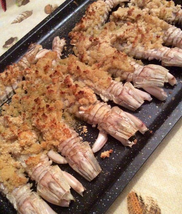 Le cicale di mare, conosciute anche come pannocchie o canocchie, gratinate al forno, sono una delizia che non dovete assolutamente perdere!