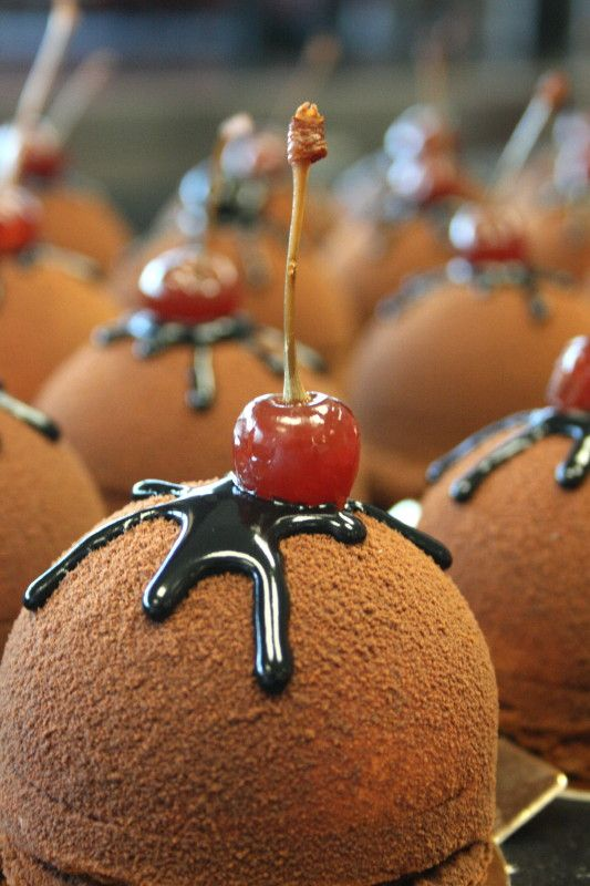 Dôme Chocolat Törtchen mit Amarenakirschfüllung
