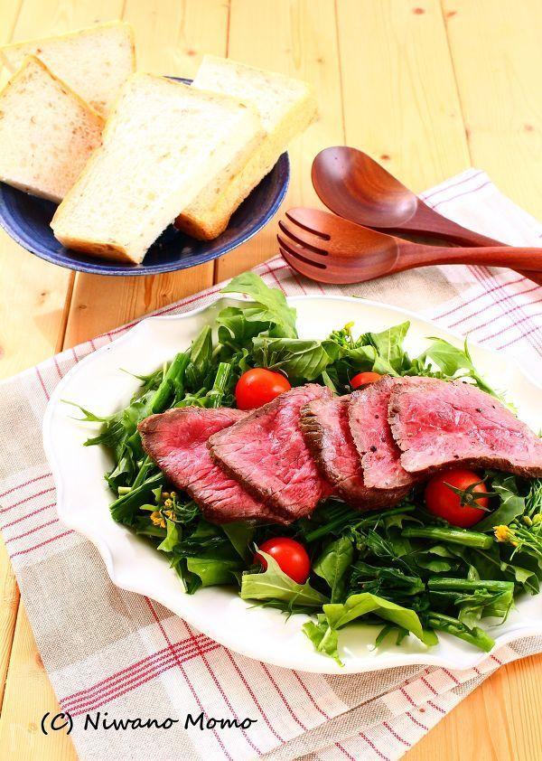 岩塩、黒こしょう、ハーブ、ガーリックだけで味付けしたシンプルなローストビーフサラダ。ローストビーフはフライパンで手軽に作り、たっぷりの新鮮野菜とともにいただきます。