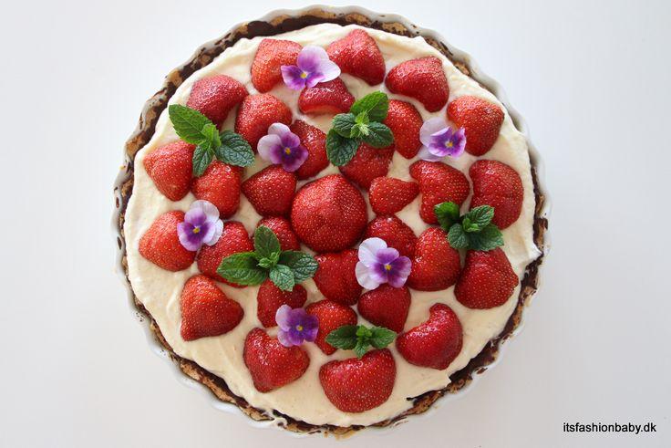 Nem, hurtig og god opskrift på hjemmelavet jordbærtærte med marcipan, chokolade, mørdej og mascarponecreme