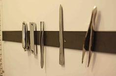Ajoutez une bande magnétique dans votre salle de bain pour ranger vos pinces à cheveux et vos pinces à épiler.