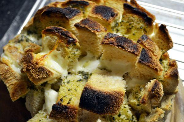 Al tijden stond het op mijn to-do list: het maken van een gevuld plukbrood. Onlangs was het dan eindelijk zo ver en dus vandaag het recept!