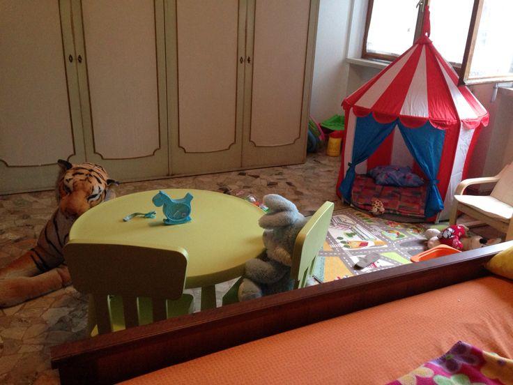 La tenda come luogo di relax e privacy.  Il tavolo e le sedie in miniatura permettono al bambino di sedersi a disegnare (ad esempio) in modo autonomo.