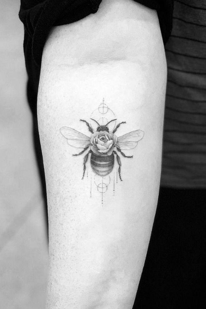 34 tatuagens femininas de flores | Melhores tatuagens pequenas, Tatuagens pequenas, Tatuagens populares