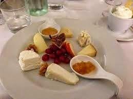 La dolce vita: Antipasti di formaggi accompagnato con confetture...