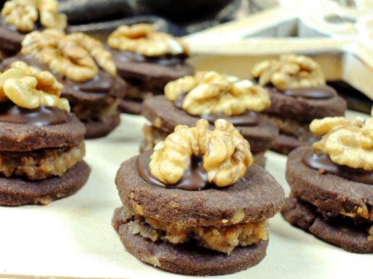 Bombastické kakaové cukroví se spoustou vlašských ořechů, datlí a výrazné rybízové marmelády. Zmodernizovaný recept z naší rodinné kuchařky :)