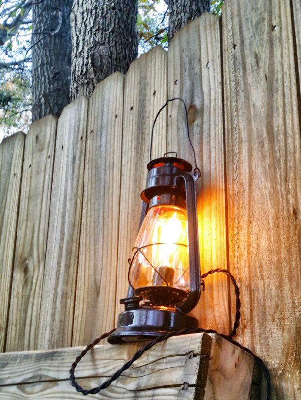 alte lampen mit holzfiguren