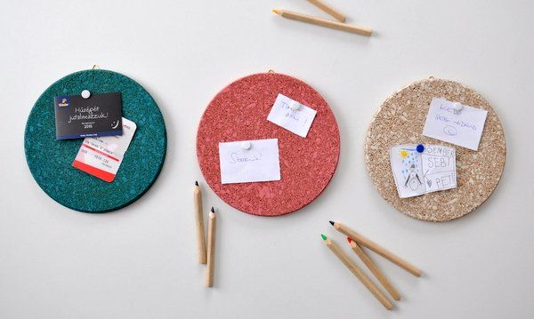 Egyszerű emlékeztető tábla parafa edényalátétből, festékspray-vel festve - Masni / Easy cork memo table, IKEA hack, DIY made with spray paint