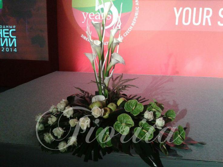 Оформление корпоратива: каллы, розы, антурии