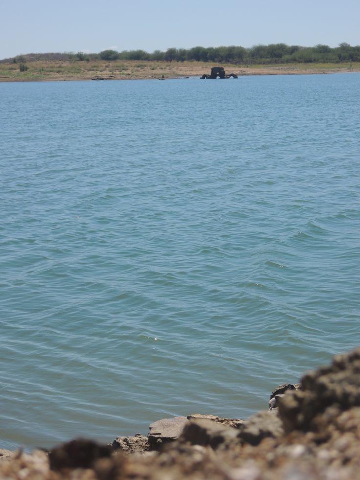 A barragem do Açude  Cocorobó está localizada no município de Euclides da Cunha,  estado  da Bahia, próximo ao  entroncamento entre a BR - 116 e a BR-225, na localidade de Canudos. A sua bacia hidrográfica drena uma área de 3.600 km2. Tem como finalidade  a irrigação das terras de jusante, onde se  destaca o Projeto Irrigado de Vaza Barris com 460 ha. O lago formado cobre uma área de 2.395ha e acumula um volume de 245.375.950m³