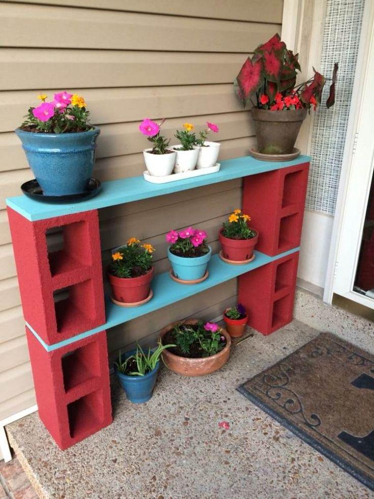 rangement pour les pots de fleurs en parpaings creux peints rouge