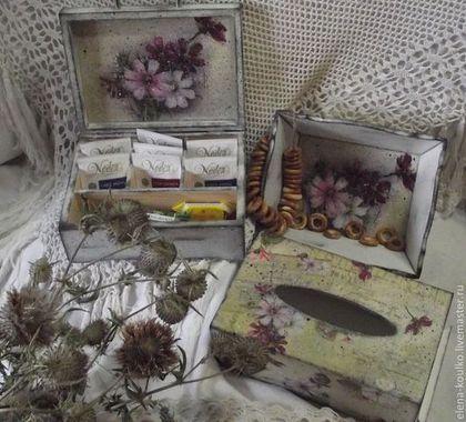 Купить или заказать Набор на кухню 'Старинная космея' в интернет-магазине на Ярмарке Мастеров. Все мы помним с детства эти нежные, трогательные цветы из бабушкиного сада.... Теплый вечер, треск кузнечиков в душистой траве и самый вкусный чай на веранде с сушками под аромат любимых цветов... Набор состоит из шкатулки для чая 4-х сортов, большой салфетницы и вместительной сухарницы.