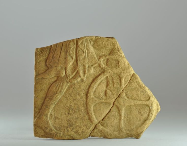 Pinakes di Locri, 490-460 a.C. Tipo 2/15,  rapimento di Persefone. Frammento di pinakes di Locri raffigurante il rapimento di Persefone da parte di Ade, sono rappresentate le gambe gambe di Ade, un piede di Persefone e la ruota di una biga, 11 cm  x 9 cm. Collezione privata, ex Archea gallery Amsterdam