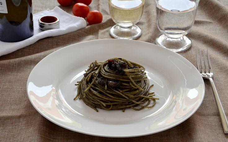 La pasta al nero di seppia è un primo piatto di mare caratterizzato dall'intenso colore nero, l'inchiostro delle seppie dona alla pasta un sapore delizioso.