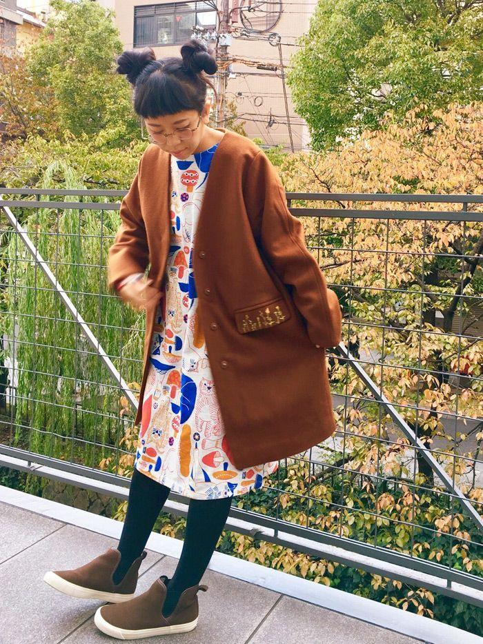 イラストレーターで「十布(TEMP)」のテキスタイルデザインでも人気の福田利之さんとのコラボレーションワンピースで、秋色ゆる可愛コーデです。ワンピースのねこちゃんの可愛さもさることながら、コートのフラップポケットの刺繍もすごく可愛いです。コートはメルトンウールがなめらかで、万能なシルエットがとても着やすいのでオススメです!
