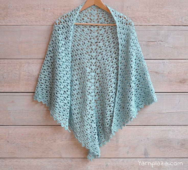 Spring\'s here! This stylish scarf with playful glitter effect is a musthave this season! Want to crochet a spring scarf? Get the free crochet pattern here!