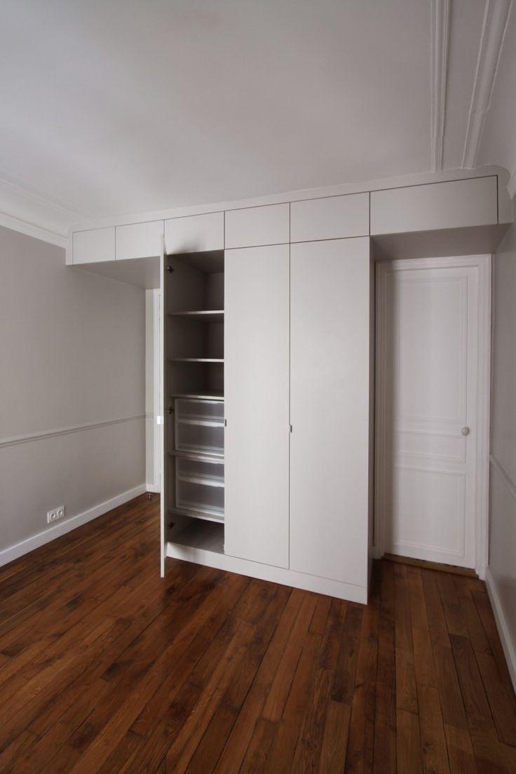 Slaapkamer met ingebouwde kasten als dressing. Meer foto's en info over dit project: http://www.interieurdesigner.be/blog/detail/kleurrijk-appartement-parijs