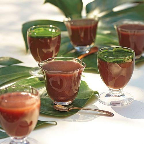 つるんと涼感、水ようかん。抹茶ソースをかけると、あんの甘みをほどよく抑えます。
