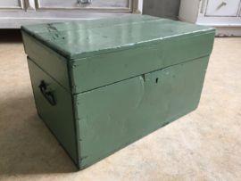 Supergave oude brocante groene opbergkist. Mooi groot model met hengsels aan de zijkanten.  Afmetingen:  29cm hoog 48cm breed 31cm diep Verzendkosten Post.nl € 6,95