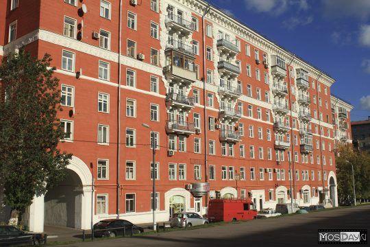 Красные дома на улице Строителей