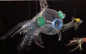 """Après le """"bottlebocket"""" voici venu le """"bottle- fish"""", un petit poisson fait avec une bouteille en plastique, léger et coloré il peut devenir mobile pour une chambre d'enfant ou """"chasse-oiseaux"""" dans les arbres fruitiers ou comme vous voudrez... Voici..."""
