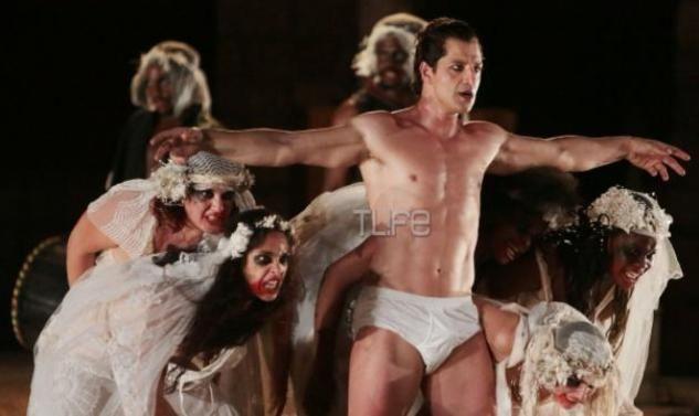"""Σάκης Ρουβάς: Μάγεψε στις """"Βάκχες""""! Φωτογραφίες από την παράσταση στη Σαλαμίνα - Tlife.gr"""