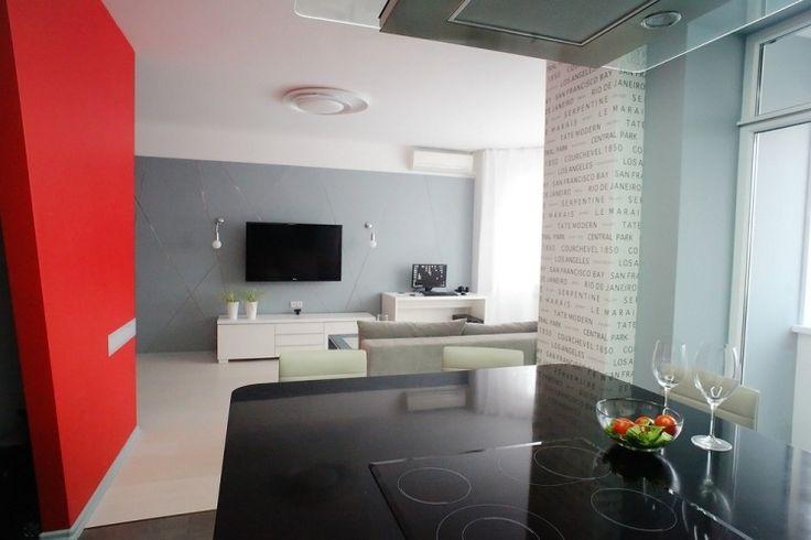 dekorative Wandgestaltung mit Wandplatten und abstrakten Linien