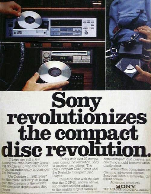 IL LETTORE CD - 1982 Il primo giocatore di CD è stato inventato da Sony ed è stato rilasciato al mondo nell'ottobre del 1982, ad un costo di circa $900. L'invenzione del lettore CD è pensa che sia stato un enorme passo nella tecnologia audio digitale, portando ad altri sviluppi all'interno del campo come Mp3.