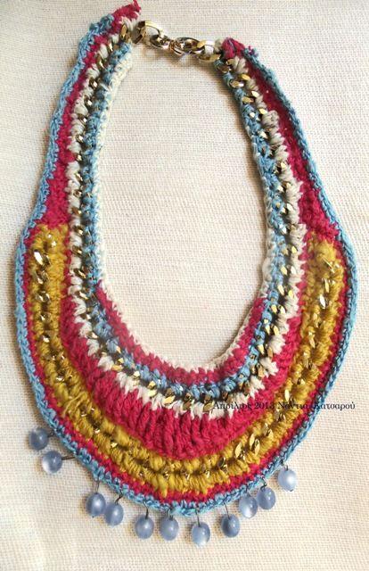 Πλεγμένες αλυσίδες με χρωματιστά νήματα και χάντρες.