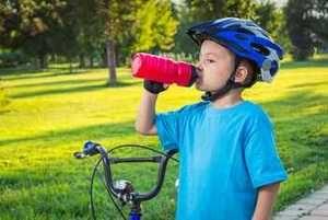 Le casque vélo enfant. Que ce soit en conduisant son petit vélo, en accompagnant papa ou maman, attaché sur son siège vélo bébé, ou, sanglé dans une remorque, notre enfant est confronté à des risques de chutes et de chocs. Pour le moment, en 2014, le port du casque n'est pas obligatoire en France. Les associations de cyclistes s'y opposent. Mais ce n'est pas une raison pour ne pas tenter de bien protéger nos petits. http://www.choisir-un-lit-enfant.com/choisir-le-casque-velo-de-son-enfant