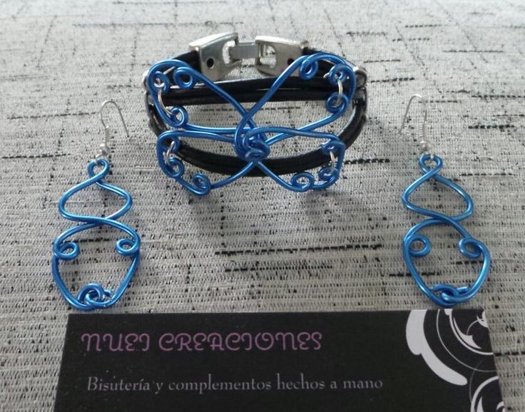 Pendientes y pulsera en aluminio azul, cuero y zamak