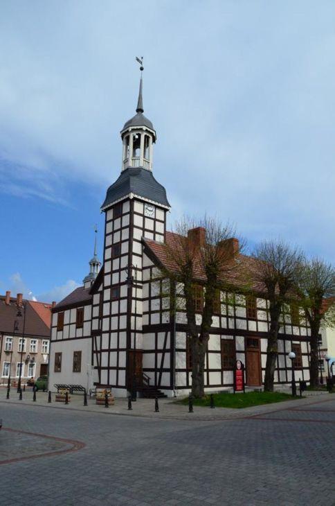 Ratusz w Nowym Warpnie. Budynek o konstrukcji ryglowej (mur pruski) został wzniesiony w 1697 roku.
