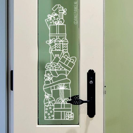 Een hoge stapel kadootjes raamtekening, zit er ook een voor jou tussen?Dit designis speciaal ontworpen voor smalle ramen.