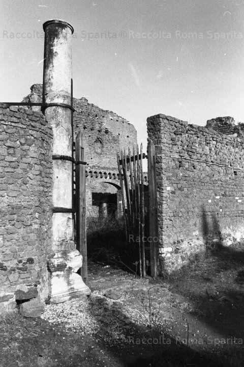 Foto storiche di Roma - Via Appia Antica. Entrata originale della Villa dei Quintili, sullo sfondo il Grande Ninfeo Settembre 1975