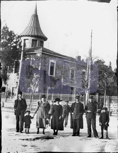 1914 ΑΜΠΕΛΟΚΗΠΟΙ. Η ΒΙΛΛΑ ΘΩΝ. ΜΠΡΟΣΤΑ ΣΤΟ ΚΤΗΡΙΟ ΠΟΖΑΡΕΙ ΠΙΘΑΝΟΝ H ΟΙΚΟΓΕΝΕΙΑ ΘΩΝ.