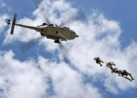 SEALs descendiendo de un Black Hawk
