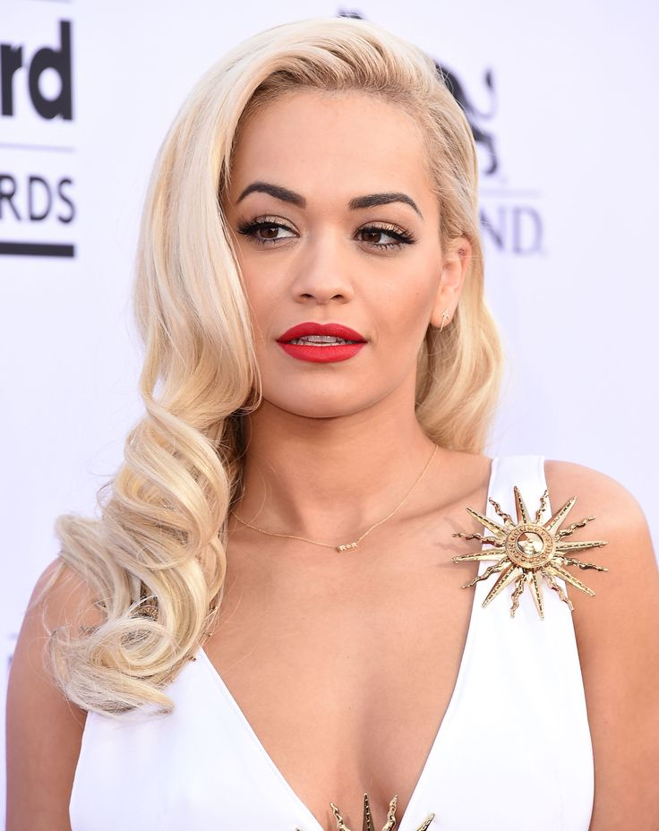 Talk about bombshell: Rita Ora is absolutely killing it with these bouncy curls. Read more: http://dailymakeover.com/top-10-one-shoulder-hairstyle-looks/#ixzz3ugLbuxIn