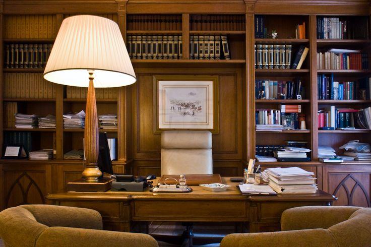 Es una madera totalmente fino habitación donde se colocan los libros y enciclopedias, es un lugar donde se puede estudiar, estar en paz y leer un libro. Es una habitación con mucha luz natural y por la noche se puede utilizar la lámpara.