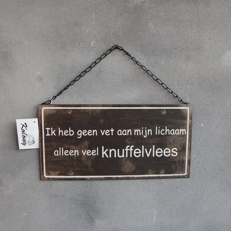 Landelijk tekstbordje humor 'Ik heb geen vet aan mijn lichaam, alleen veel knuffelvlees'.