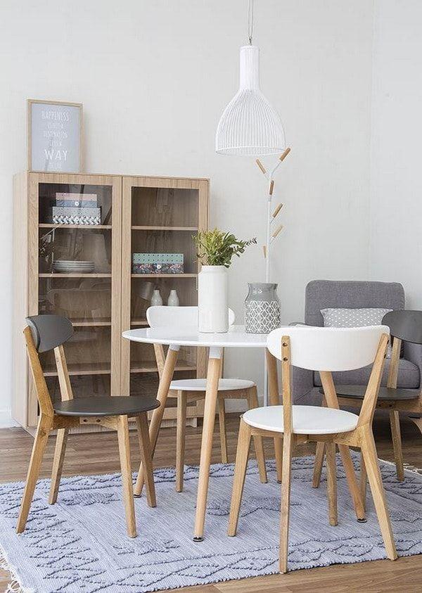 Muebles de madera en comedor pequeño