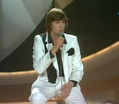 """Le 19 avril 1980, le chanteur irlandais Johnny Logan remporte le concours de l'Eurovision au Nederlands Congresgebouw de La Haye avec la chanson """"What's Another Year""""."""