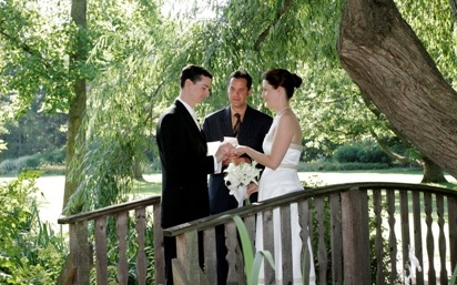 Photo of a wedding ceremony at the Botanical Gardens Willow Pond @Julie Robert