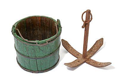 SKIPSBØTTE OG ANKER  Anker i jern. Skipsbøtte, lagget type med jernbånd og hank. Slutten av 1800-tallet. H: 44, Diam.: 44 (Anker) H: 35, Diam.: 34 (Skipsbøtte)