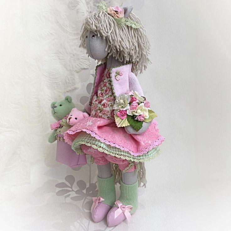 299 отметок «Нравится», 10 комментариев — Ирина Полли 🌱Irina Polli (@irina_poll) в Instagram: «А вот и лошадка-неженка с медведями! 🐴🐻🐻🌸 Одобрена заказчицей, ой как приятно!!!! Завтра девочка 🐴…»
