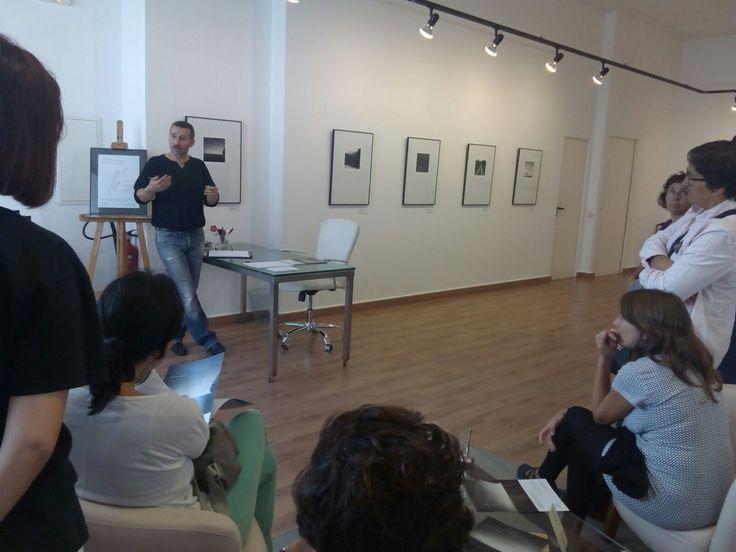 Visita con el grupo de profesores de la Escola Camins. El artista Guillermo De Angelis les explica como captar una fotografía artística, la intención en el arte... un reto!