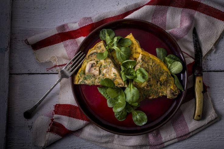 Gombás frittata -  | A frittata Olaszország egyik azon kedvenc étele, amelyet Magyarországon kevéssé ismernek. Az étel állaga az omlettéhez áll a legközelebb, azonban a frittatát a sütöben készítjük el. A lassabb sütésért cserébe egy tartalmas ételt kapunk, mely remek alapja lehet a további kísérletezésnek. Ezúttal a csiperkegombás változat hozzávalót találod a KitchenBoxodban. Kellemes főzést kívánunk!